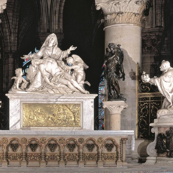 """Paris Cathédrale Notre-Dame, Maître-autel (1712–28 ; arch.: Robert de Cotte). – """"Vierge de pitié"""" (Pietà), 1725, de Nicolas Coustou (1658–1733) ; à dr. Louis XIII de Guillaume Coustou (1677–1746) ; à g. Louis XIV, 1716, de Antoine Coysevox (1640–1720)."""
